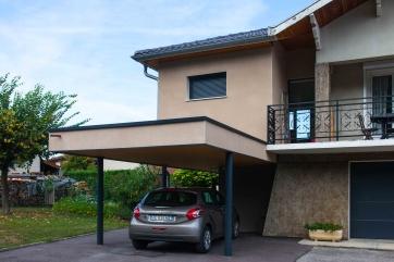 Extension Bois et abri voiture avec toiture végétalisée (Crédit Photo : Pascale Rousseau)