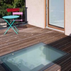 Terrasse bois et puit de lumière (Crédit Photo : Pascale Rousseau)